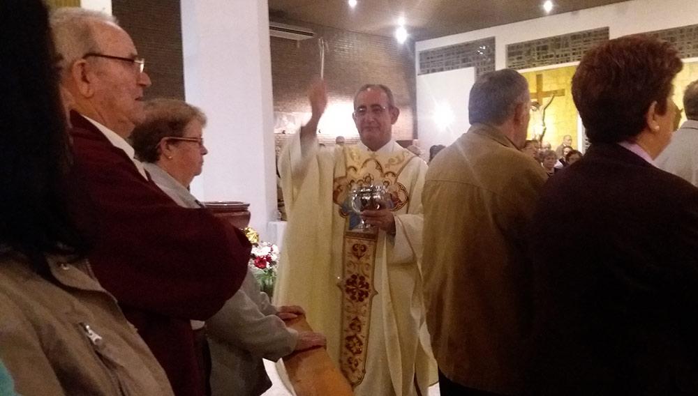 El párroco bendijo con agua a los feligreses que asistieron a la Eucaristía.