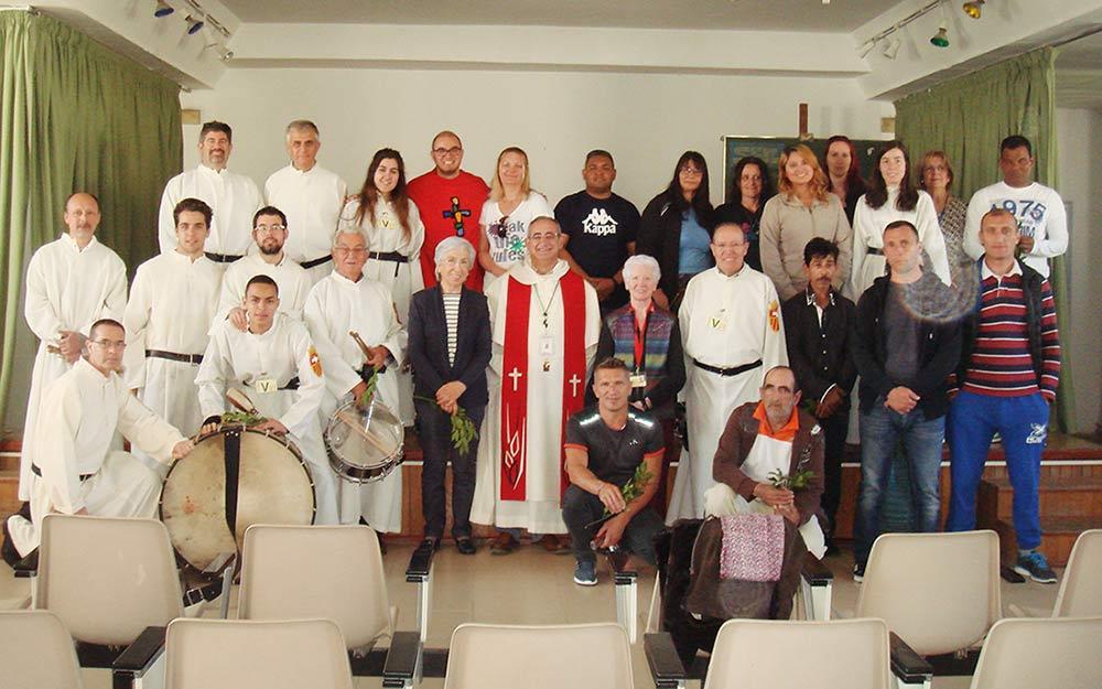 La visita concluyó con una fotografía que reunió a visitantes, reclusos y voluntarios de la Pastoral Penitenciaria.